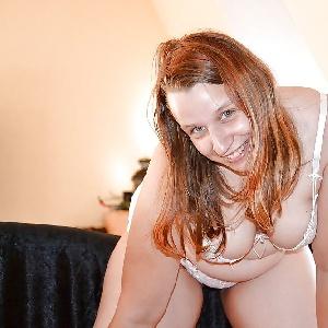 Mollige Frau in Unterwäsche